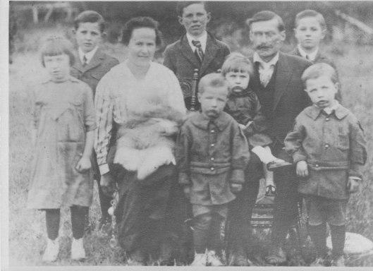 Jacob & Lena with family 1919