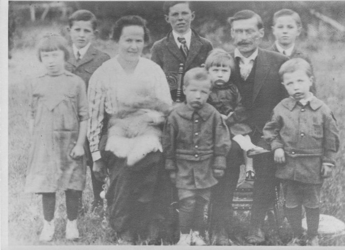 Jacob & Lena with family 1919